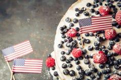 Patriotyczny flaga amerykańska tort z czarnymi jagodami i truskawkami na rocznika bielu tle Obrazy Royalty Free