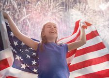 Patriotyczny wakacje Szczęśliwy dzieciak z flagą amerykańską obrazy royalty free