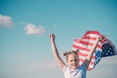 Patriotyczny wakacje Szcz??liwy dzieciak, ?liczna ma?e dziecko dziewczyna z flaga ameryka?sk? Obywatel 4 Lipiec billboardu dzie?  zdjęcie stock