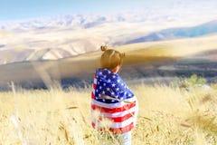Patriotyczny wakacje Szcz??liwy dzieciak, ?liczna ma?e dziecko dziewczyna z flaga ameryka?sk? USA ?wi?tuje 4th Lipiec obrazy royalty free