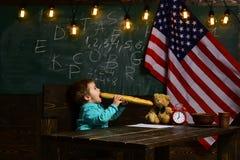 Patriotyzm i wolność Chłopiec je chleb przy flaga amerykańską przy wiedza dniem Popiera szkoła lub stwarza ognisko domowe uczyć k zdjęcia royalty free