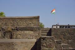 patriotyzm Indianin flaga podnosząca na fortecy zdjęcia royalty free