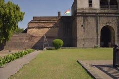 patriotyzm Indianin flaga podnosząca na fortecy fotografia stock