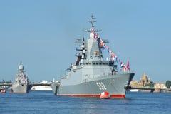 Patrolowa korweta Boykiy i mała łódź podwodna wysyłamy Kazanets w nawadniamy Neva Dzień Na Zdjęcia Stock