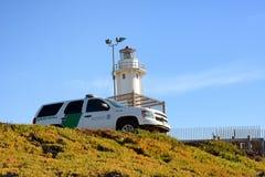 Patrolu granicznego pojazdu zegarki nad granicą przy imperiał plażą i plażą, San Ysidro obrazy royalty free