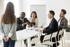Patron africain fâché grondant l'employé pour être en retard lors de la réunion photos stock