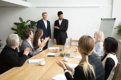 Patron africain présentant le nouvel employé de location à l'équipe d'entreprise APP image libre de droits