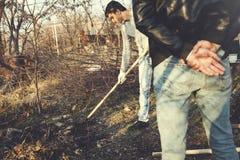 Patron avec le travailleur dans le jardin photographie stock libre de droits