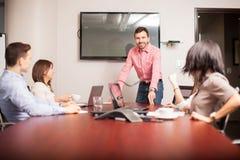 Patron beau lors d'une réunion Image stock