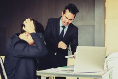 Patron criant à l'employé tandis que fonctionnement d'erreur photographie stock libre de droits