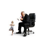 Patron criant à la petite femme d'affaires de méditation Image libre de droits