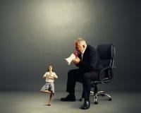 Patron criant à la petite femme de méditation Photos libres de droits
