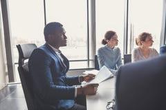 Patron dirigeant une réunion d'affaires avec des associés image stock
