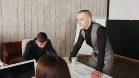 Patron dirigeant une réunion d'affaires avec des associés banque de vidéos