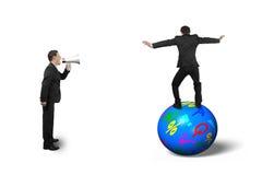Patron employant l'orateur hurlant à l'homme d'affaires équilibrant sur la boule photo libre de droits