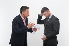 Patron fâché avec le jeune employé Photo stock