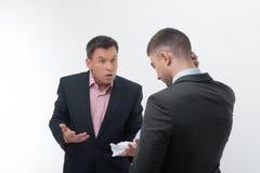 Patron fâché avec le jeune employé Image libre de droits