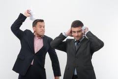 Patron fâché avec le jeune employé Photo libre de droits