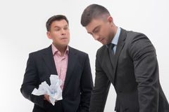 Patron fâché avec le jeune employé Photographie stock