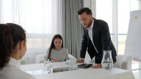 Patron fâché avec le subalterne de bureau dans la salle de réunion, problèmes sur le travail, mentor agressif avec des collaborat banque de vidéos