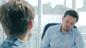 Patron fâché criant au personnel, papier de lancement dans le visage de travailleurs parler de sourire de contact d'ordinateur po banque de vidéos