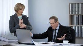 Patron fâché hurlant au nouvel assistant, dépression nerveuse, comportement inadéquat image stock