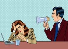 Patron fâché Screaming dans le mégaphone sur la femme dans le bureau Art de bruit Photographie stock libre de droits