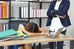 Patron fâché semblant l'employé soumis à une contrainte effrayé dans le lieu de travail du bureau photos libres de droits