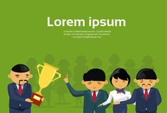 Patron Giving Golden Cup d'homme d'affaires à Team Asian Businesspeople Victory Concept réussi illustration libre de droits