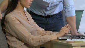 Patron masculin étreignant l'assistant choqué de dame, l'éthique d'affaires et le harcèlement sexuel clips vidéos