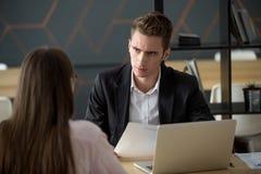 Patron ou employeur mécontent avec la mauvaise entrevue d'emploi échouée concentrée image libre de droits