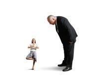 Patron regardant la petite femme de méditation Photo libre de droits