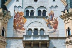 Patrona Bavariae et St George sur le château de Neuschwanstein, Allemagne Photo libre de droits