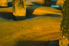 Patronen in het zand rond de betonconstructie stock foto's