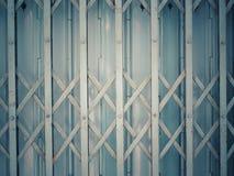 Patronen van aluminiumdeuren met close-ups en secties deuren stock afbeeldingen