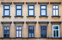 Patronen van blauwe vensters in Wenen, Oostenrijk Stock Fotografie