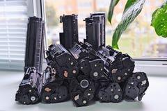 Patronen van de printer op het vensterbankbureau dat wordt gestapeld Royalty-vrije Stock Afbeeldingen