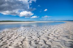 "Patronen in zand†""zandig strand op een aardige zonnige dag Stock Foto"