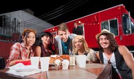 Patrons et chef de sourire par camion de nourriture Photo stock