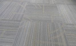 Patroon gevuld tapijt die grijze kleur in een de bureaubouw muscateldruif Oman vloeren stock foto's