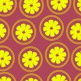 Patroon met citroenen op een purpere achtergrond Stock Fotografie