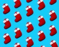 Patroon met Kerstmis Rode Sokken wordt gemaakt op Blauwe Achtergrond die Creatieve Minimale Vakantiesamenstelling Vlak leg stock afbeeldingen
