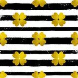 Patroon met zwarte lijnen en gouden klaver Royalty-vrije Stock Afbeeldingen