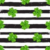 Patroon met zwarte lijnen en groene klaver Royalty-vrije Stock Afbeelding
