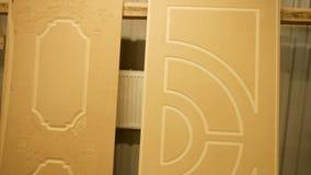 Patroon op houten spatie bij deur productie stock video