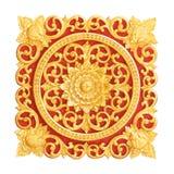 Patroon van bloem op hout voor decoratie wordt op whit wordt geïsoleerd gesneden die Stock Afbeeldingen