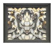 Patroon van bloem op hout voor decoratie wordt op whit wordt geïsoleerd gesneden die Royalty-vrije Stock Foto's