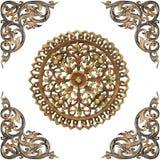 Patroon van bloem op hout voor decoratie wordt op whit wordt geïsoleerd gesneden die Stock Afbeelding
