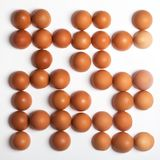 Patroon van bruine eieren op witte achtergrond wordt gemaakt die Het concept van het voedsel Royalty-vrije Stock Afbeelding