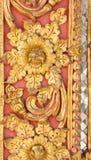 Patroon van gouden die bloem op gipspleisterontwerp wordt gesneden van inheemse muur royalty-vrije stock fotografie